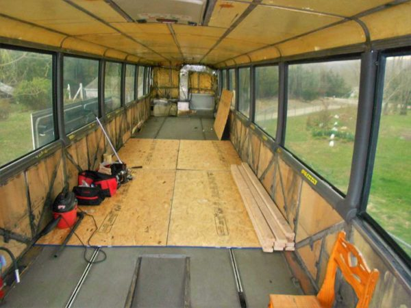 Missy 1998 MCI 102-EL3 interior flooring messy