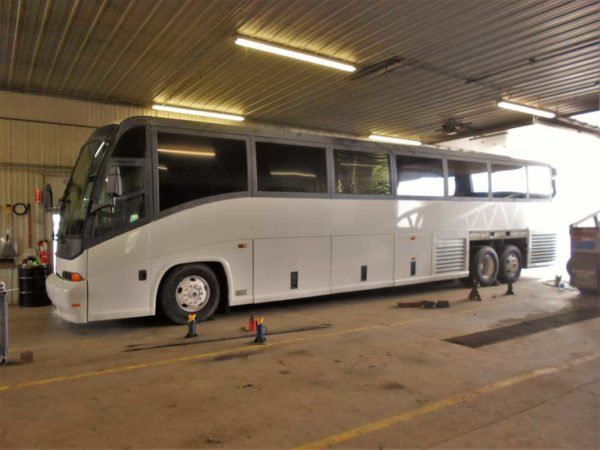 Missy 1998 MCI 102-EL3 coach bus new tires shoes axle leak